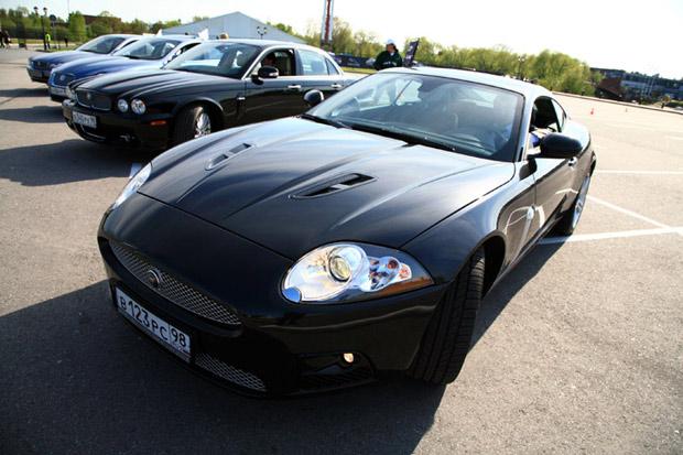 На машину устанавливается двигатель Jaguar последнего поколения V8