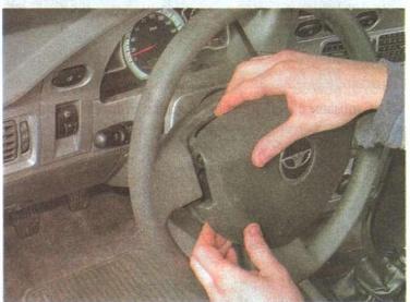 Устанавливаем передние колеса на движение по прямой.  Затем отщелкиваем накладку звукового сигнала.