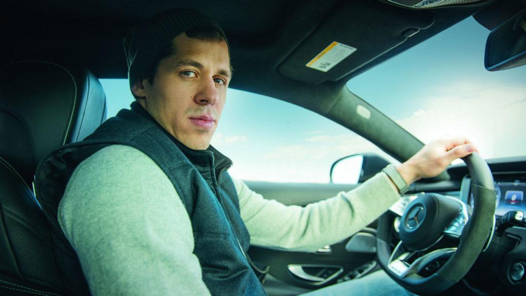 Выбирает мощные спортивные автомобили под стать серьёзному виду спорта, которым он начал заниматься, едва научился ходить