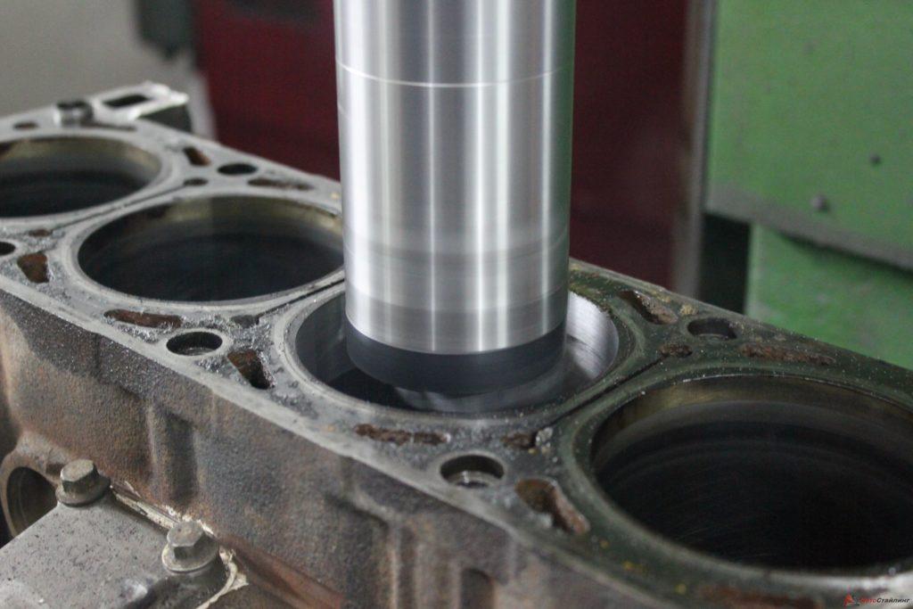 Расточка головки цилиндров — радикальное вмешательство в работу ДВС, цель которого — увеличить диаметр цилиндра и ход поршня
