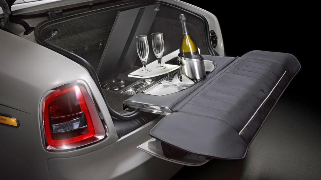 Столик для пикника в багажнике