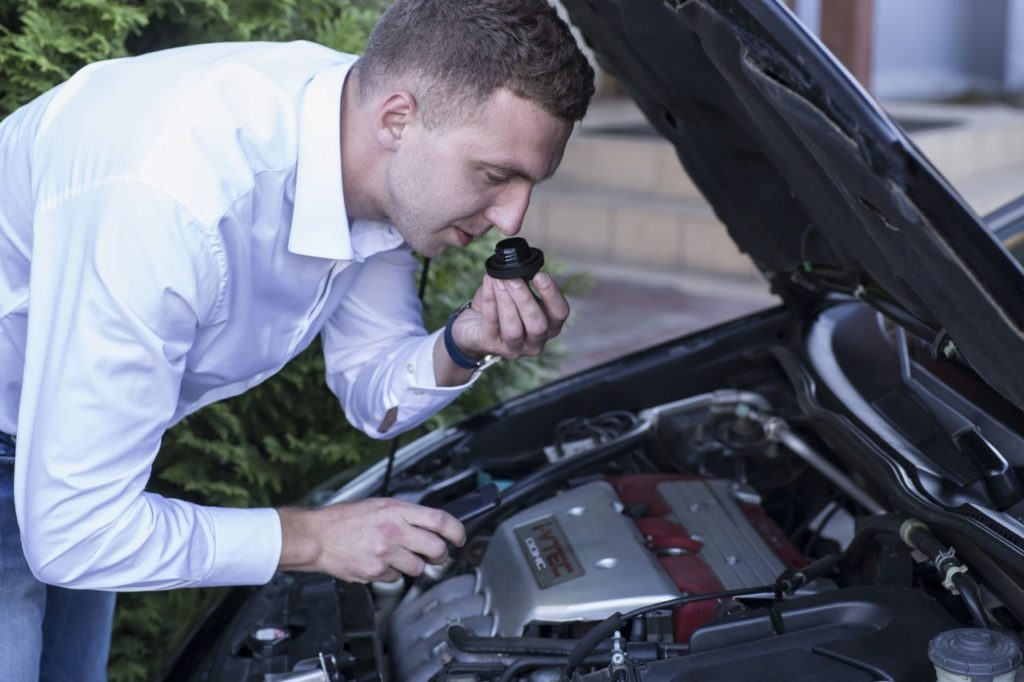 Эксперт по подбору автомобиля определяет качество масла