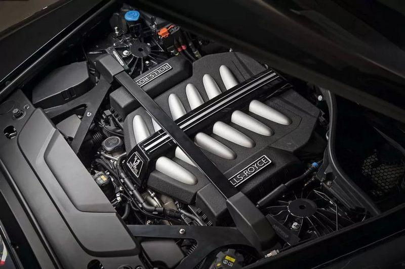 6,7-литровый двигатель V12 с турбонаддувом мощностью 563 л. с. работает тихо