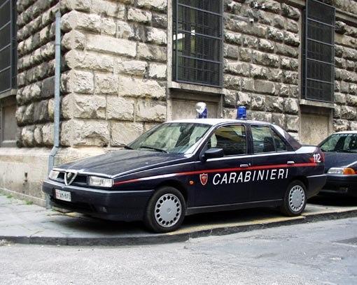 Мимо проезжал карабинер (полицейский), которого возмутил импровизированный отдых около дороги