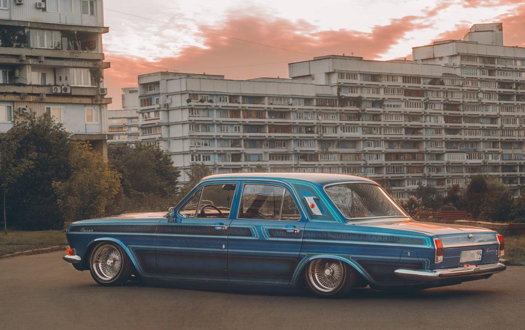 Постепенно направление входит в моду и в России, пока ещё в виде тщательно отреставрированных и доработанных автомобилей времен СССР