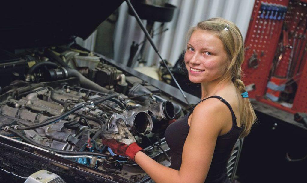 Девушку увидел год назад на ютубе со своим скромным каналом по автоподбору и ремонту