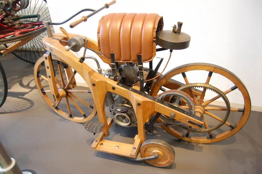 Первым мотоциклом смело можно назвать двухколесную конструкцию, на которую впервые был установлен двигатель внутреннего сгорания