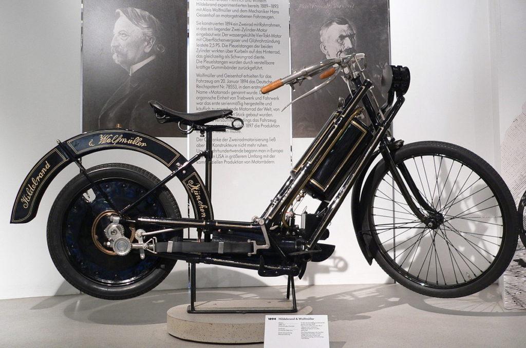 Модель мотоцикла, впервые запущенного в серийное производство, напоминал велосипед с дамской рамой
