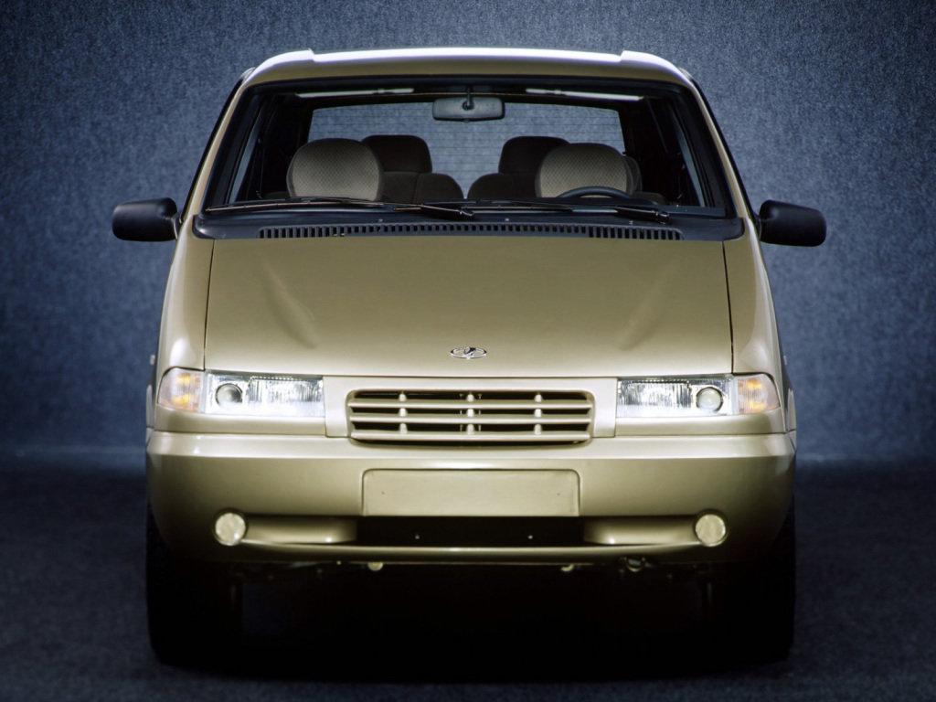 Собственно, решетка радиатора от десятки, потом от нее была установлена оптика, сделав передок автомобиля посимпатичнее