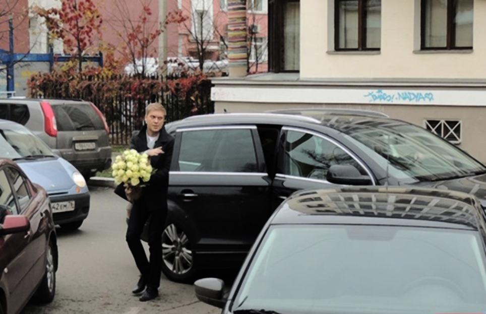 Сергей Светлаков выходит с пассажирского сидения