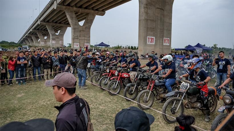 В итоге приехали в какой-то колхоз, где между полями была проложена настоящая мотоциклетная грунтовая трасса