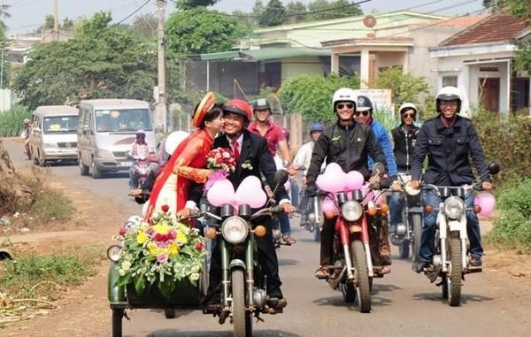 Советские мотоциклы популярны во Вьетнаме, на них празднуют даже свадьбы