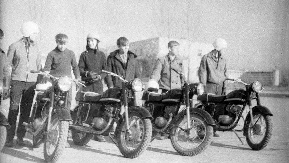 Старшее же советское поколение в массе своей увлекалась техническими новинками – велосипедами, мотоциклами и автомобилями