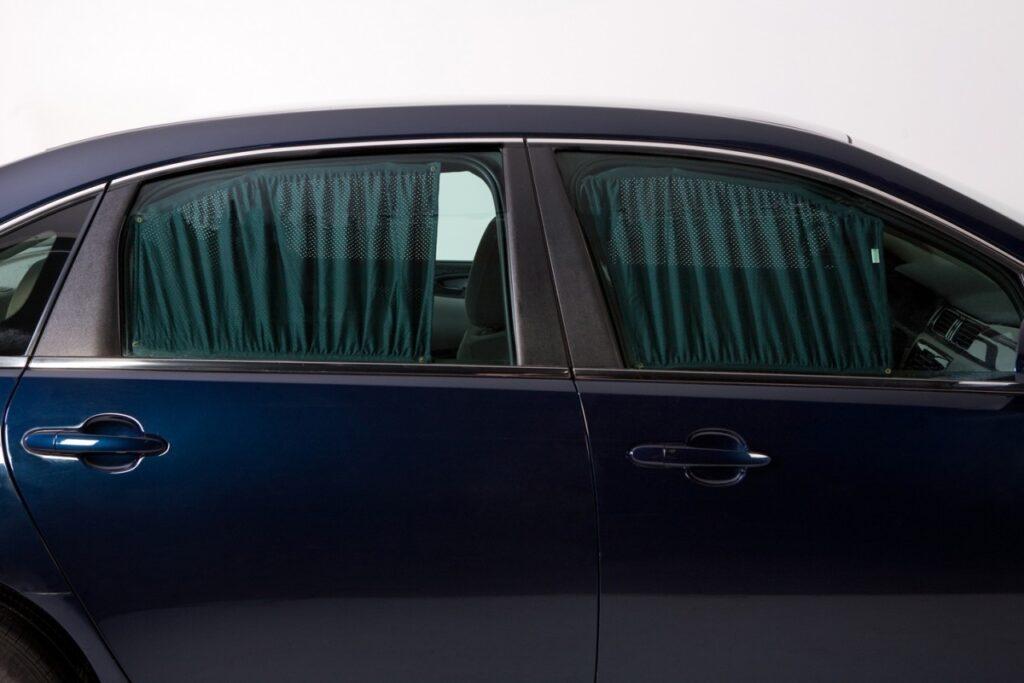 Авто с тканевыми занавесками на окнах