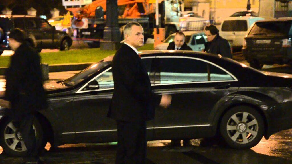 Константин Львович садиться в автомобиль в окружении охраны