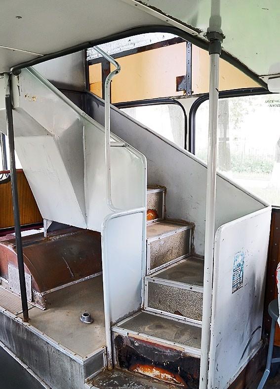 Лестница на второй этаж автобуса