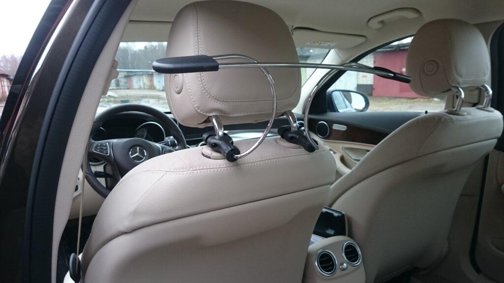 Плечики для одежды в автомобиле