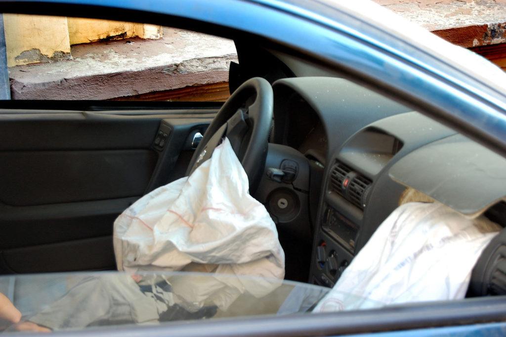 Подушка безопасности представляет собой мешок, который при необходимости наполняется газом и раздувается