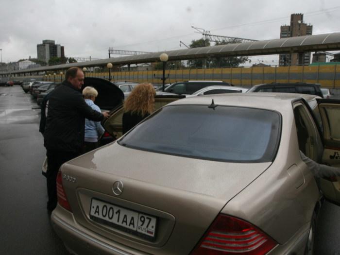 Пугачева садится в свой Mercedes Pullman