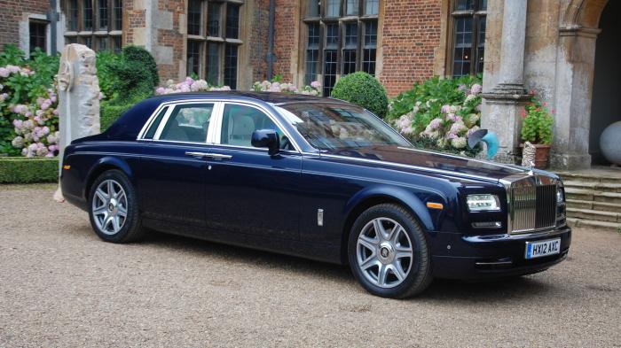 Rolls-Royce Phantom на фоне дворца Галкина и Пугачевой