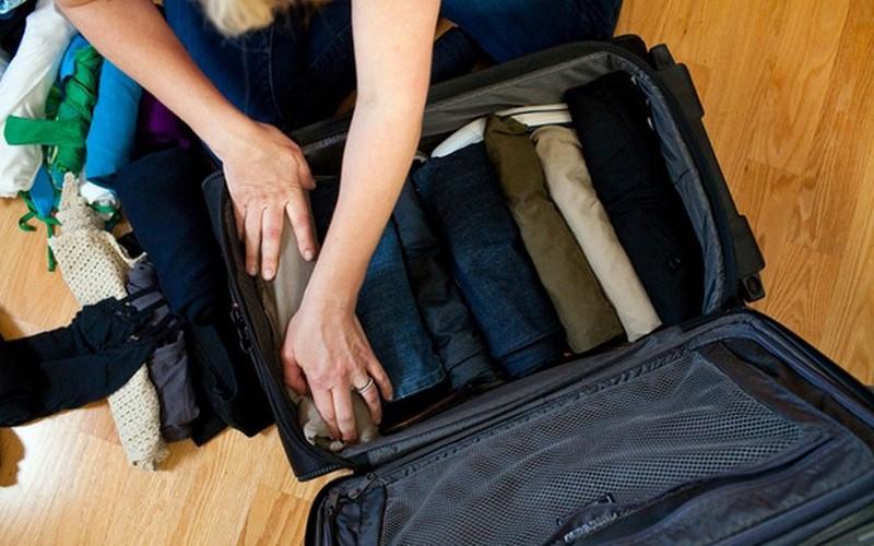 Упаковывать одежду в чемодан лучше скручивая ее валиком-  экономит место и не тратит впоследствии время на глажку