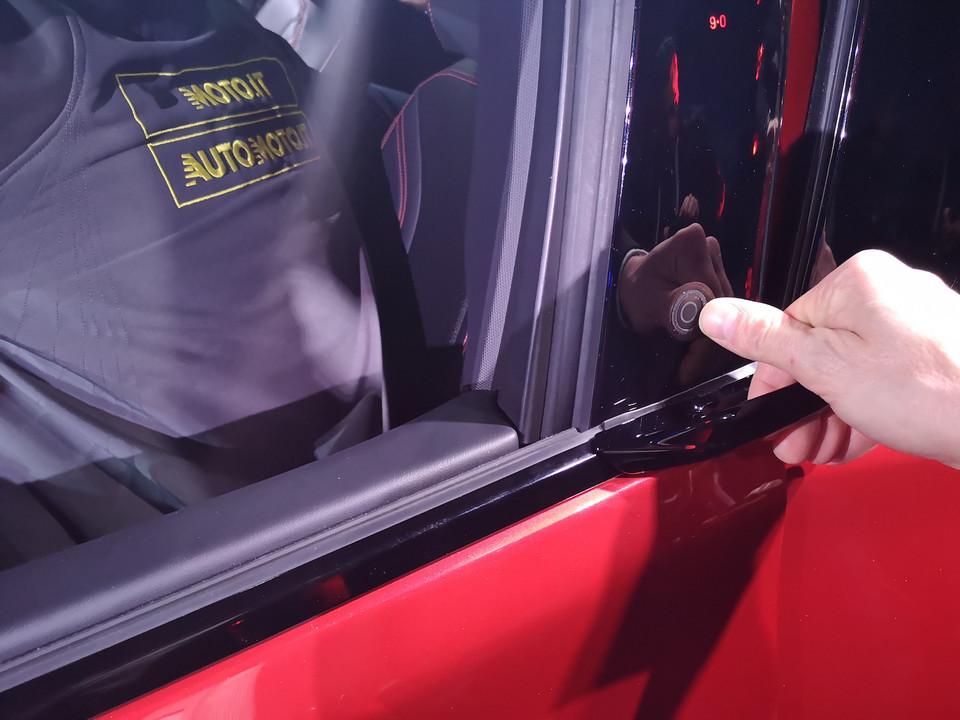 Рычаг и кнопка открывания передней двери Ford Mustang Mach-E