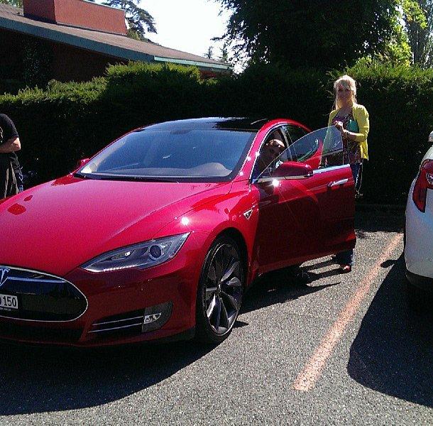 Валерия и ее Tesla Model S Performanse