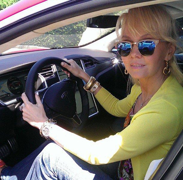 Валерия в салоне ее Tesla Model S Performanse