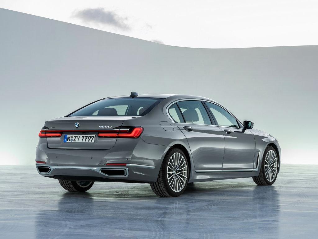 BMW 7, вид сзади