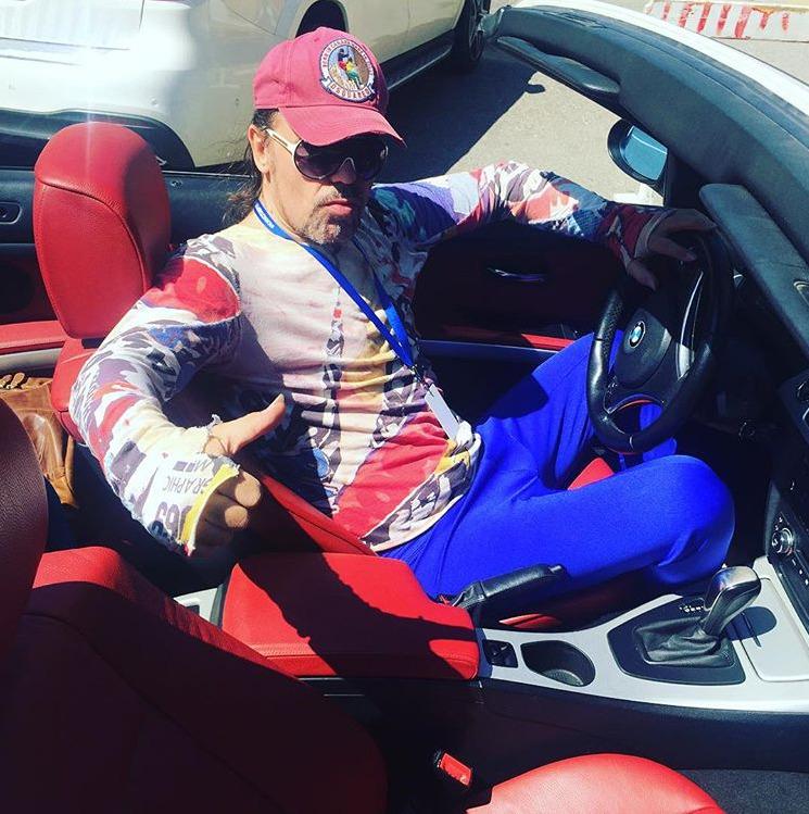 Богдан Титомир в своем кабриолете-BMW