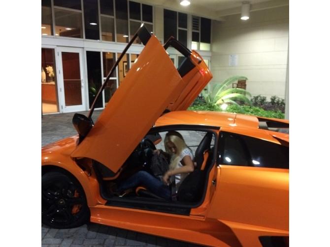 Лера Кудрявцева в салоне своего Lamborghini Aventador