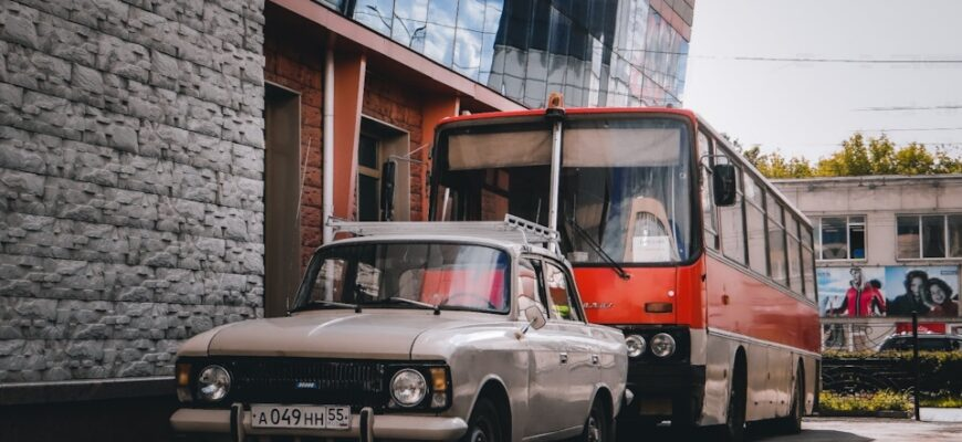 Кортеж советского времени: Москвич и Икарус