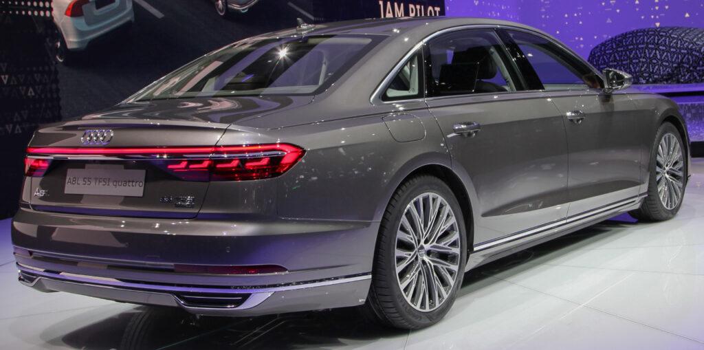 Audi A8, вид сзади