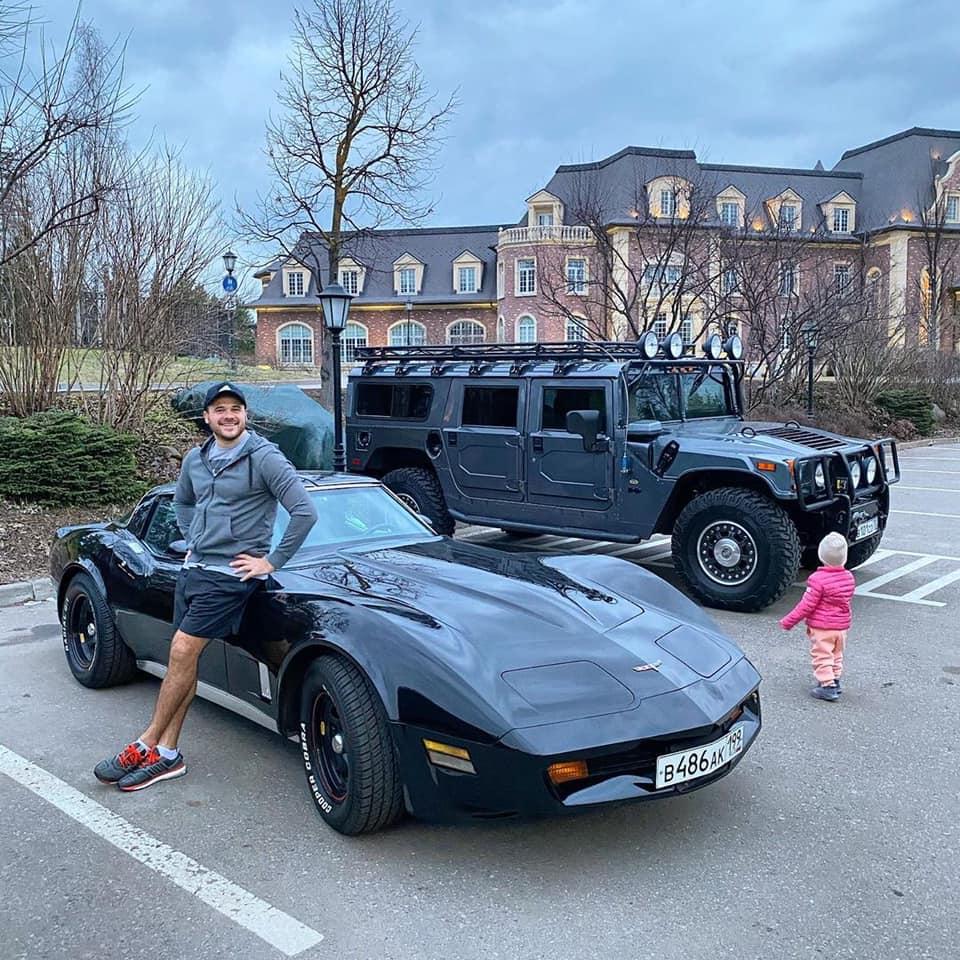 Эмин с арендованными автомобилями