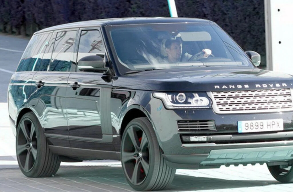 Лионель Месси за рулем своего Range Rover