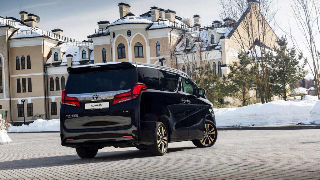 Toyota Alphard, вид сзади