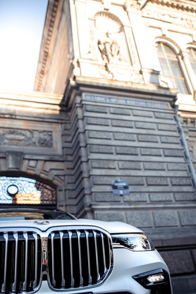 BMW X7 - большие габариты, брутальность, мощь