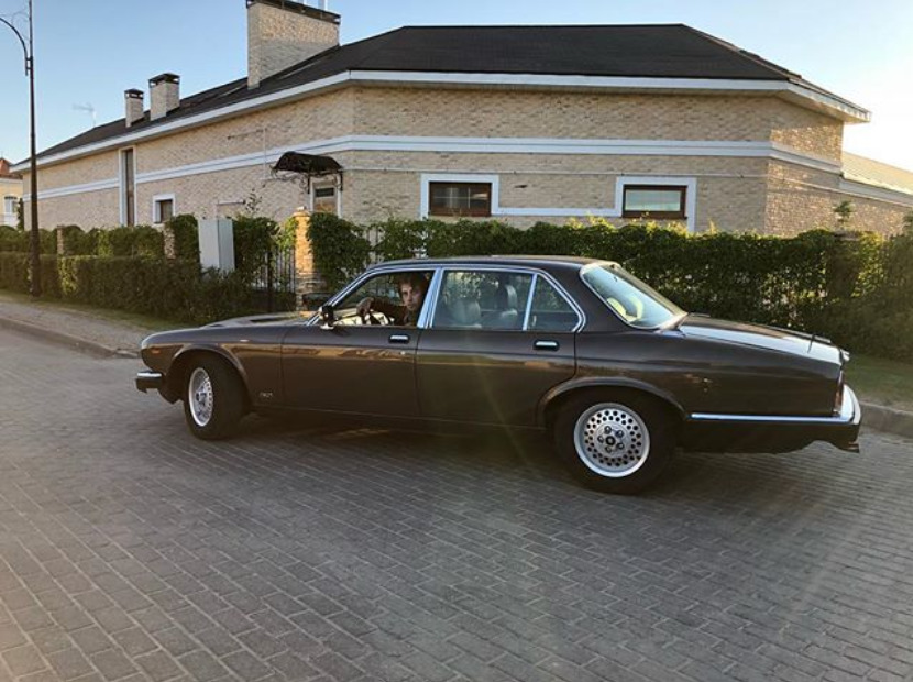 Александр Паль в своем Jaguar XJ