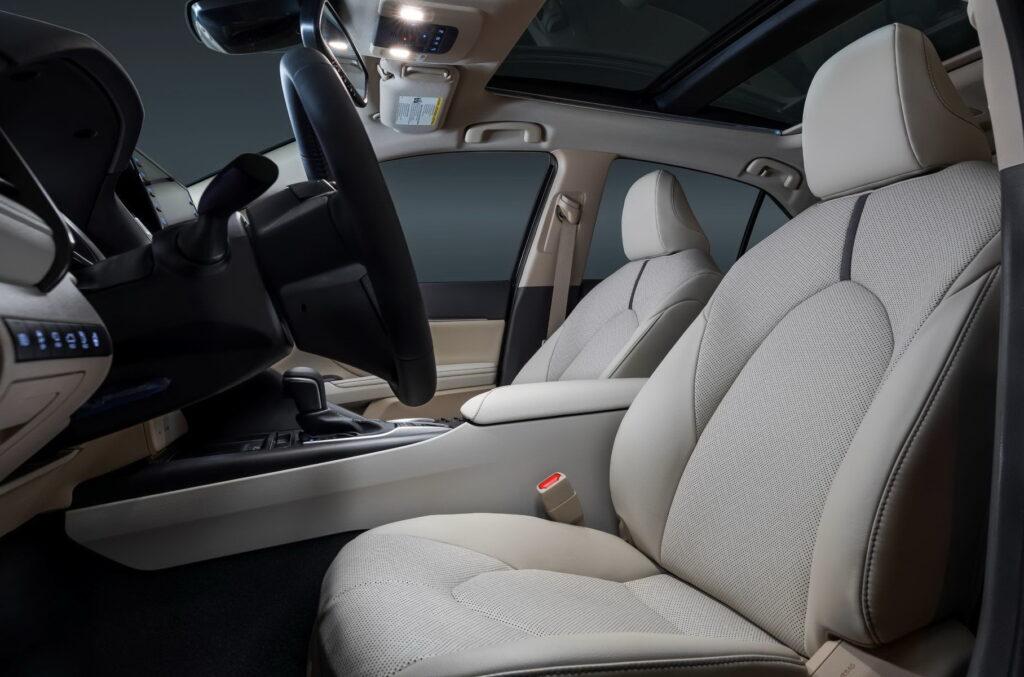 Передние кресла Toyota Camry