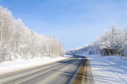 Дорога в солнечный зимний день