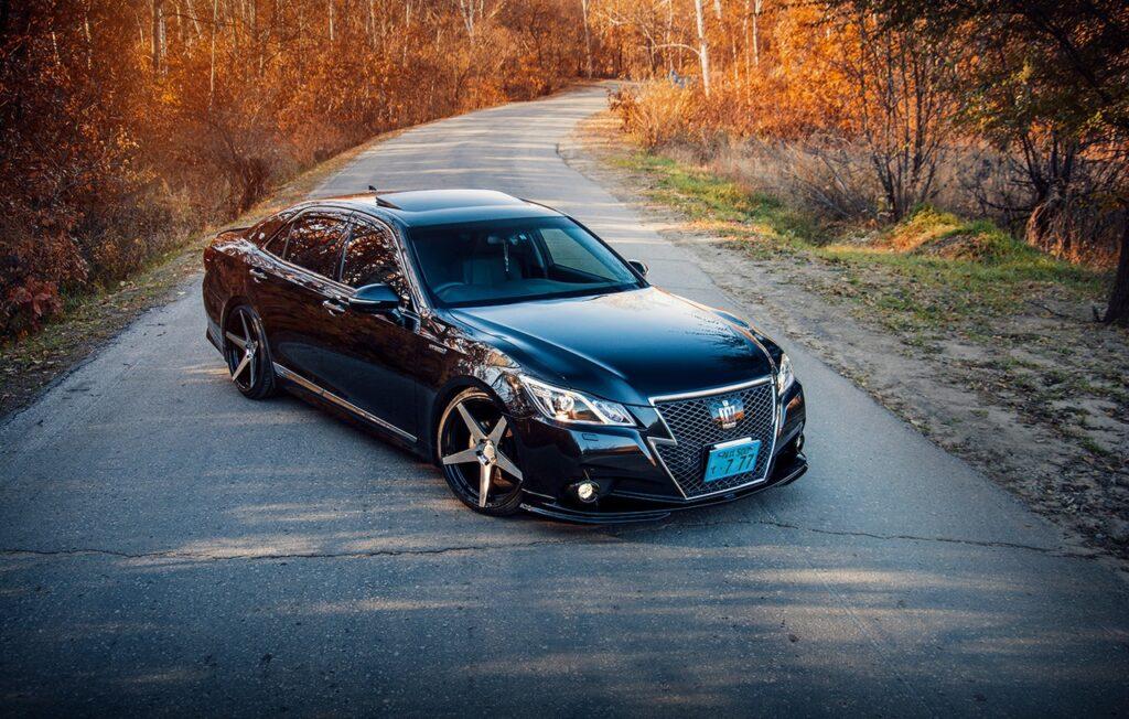 Toyota Crown Athlete Hybrid - когда руль в бардачке
