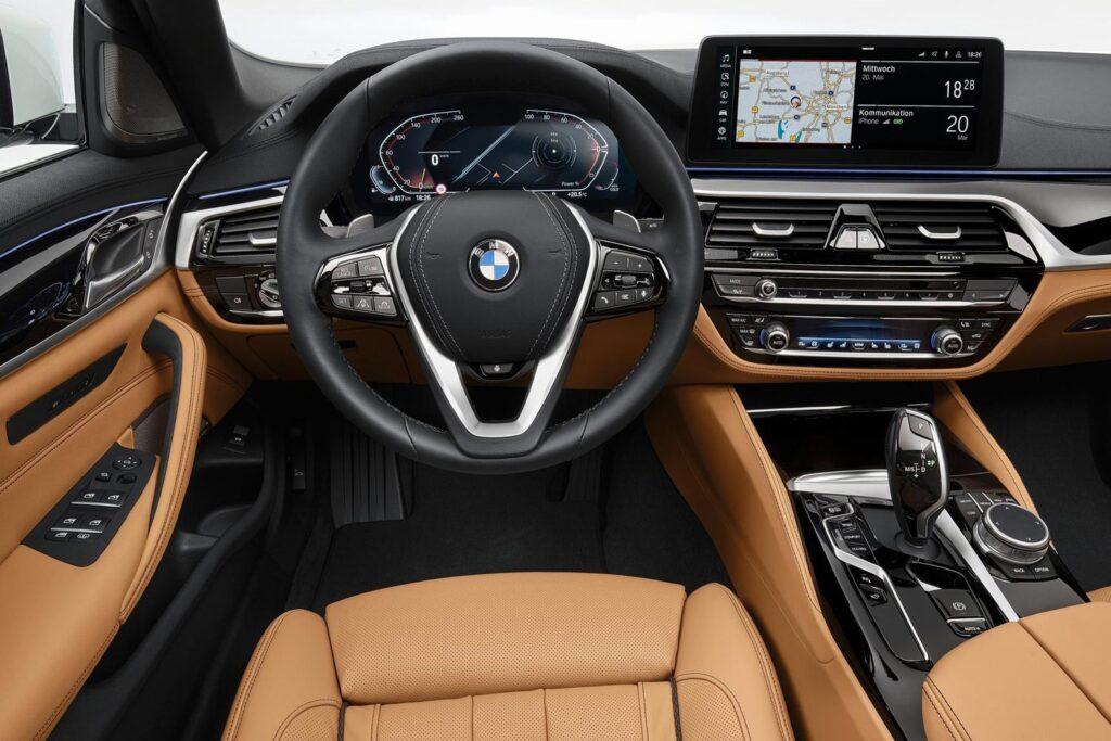 Водительское пространство BMW 5