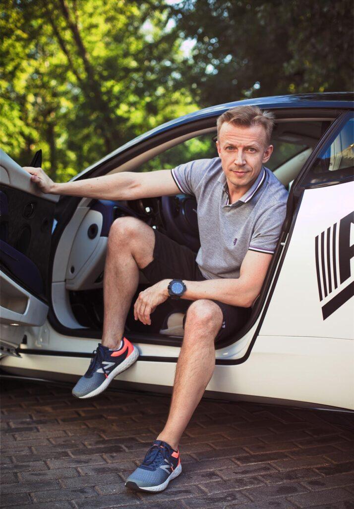 Антон Комолов в автомобиле