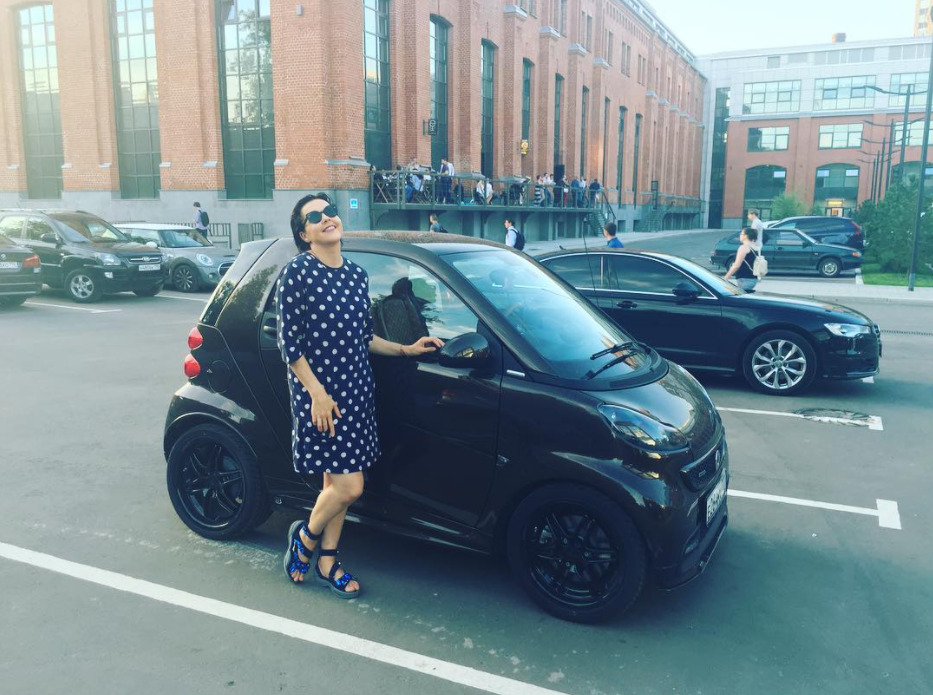 Ольга Шелест с автомобилем мужа
