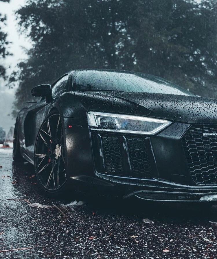 Audi R8 - строгая, быстрая и эффектная