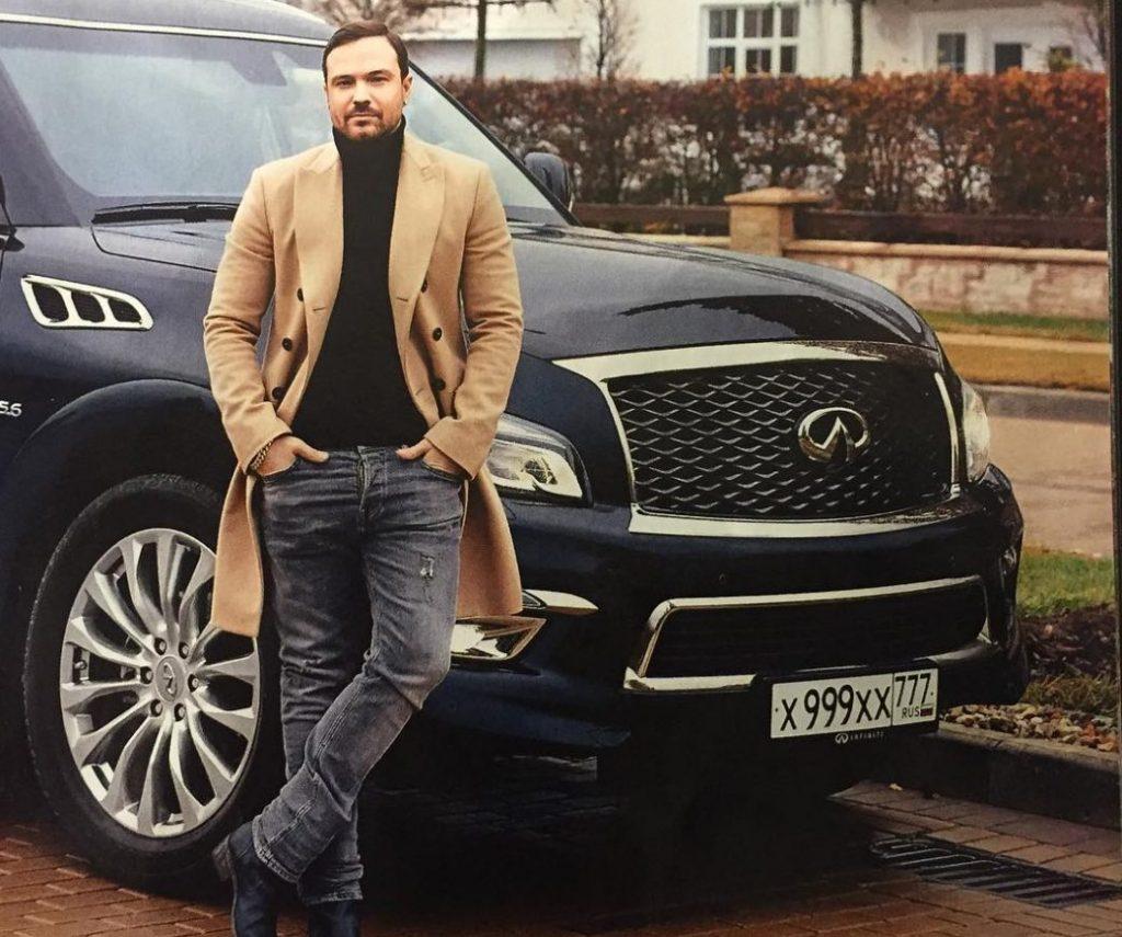 Алексей рядом со своим Infiniti QX80