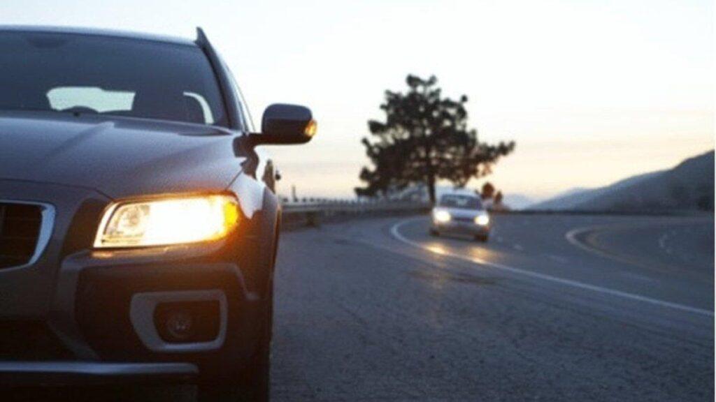 Автомобиль с включенными фарами лучше заметен днем