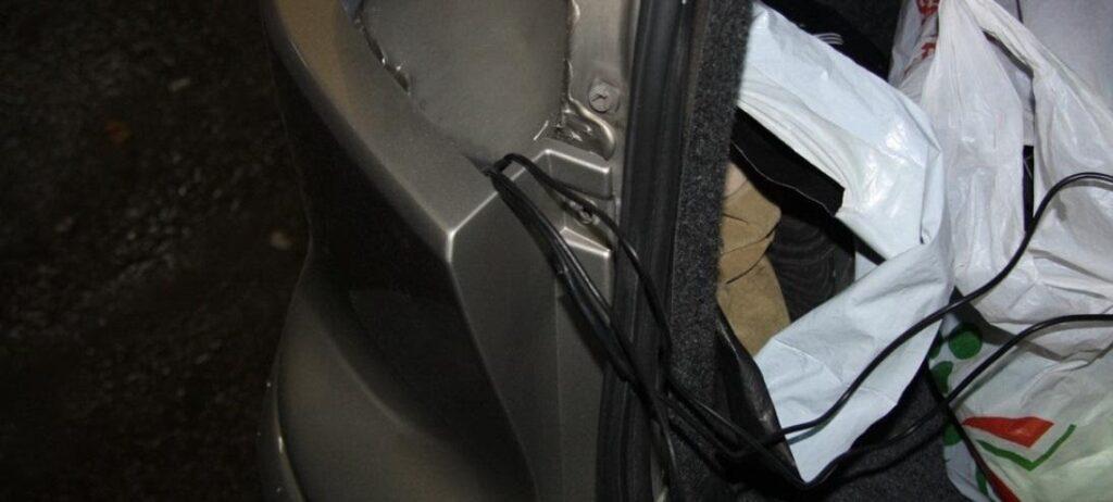 Провода выводят в отверстие со стороны снятого блока задних фонарей