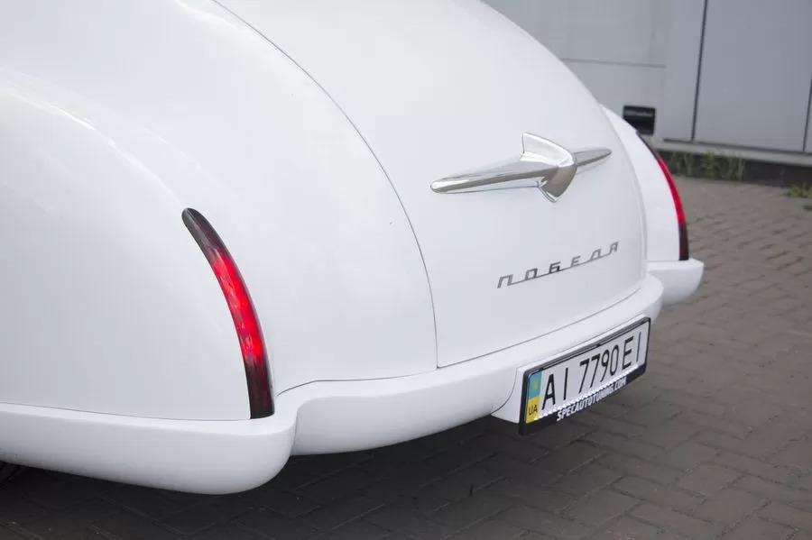 Задние светодиодные фонари гармонично повторяют линии кузова