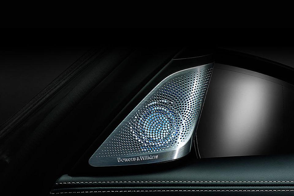 Высокочастотные составляющие воспроизводятся без искажений куполами из синтетических алмазов с декоративной подсветкой, которые отличаются повышенной жесткостью.